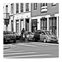 a hundred and ten in the shade (japanese forms) Tags: ©japaneseforms2017 ボケ ボケ味 モノクロ 日本フォーム 黒と白 ahundredandtenintheshade bw bicicleta bicicletta bicycle blackwhite blackandwhite blancoynegro bokeh candid fiets fietsen johnfogerty monochrome radfahren random schwarzweis square squareformat strasenfotografie straatfotografie streetphotography vlaanderen zwartwit