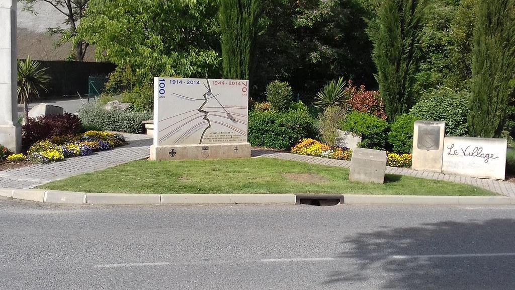 Stèle en mémoire des deux guerres, entrée rue Saint Félix