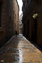 Barrio Gótico. Después de la lluvia... (svet.llum) Tags: barcelona catalunya cataluña barriogótico arquitectura ciudad sol lluvia gente calle verano