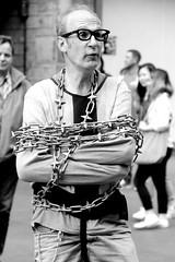 Escape artist (just.Luc) Tags: europe europa scotland schotland ecosse grootbrittanië grandebretagne greatbritain royaumeuni verenigdkoninkrijk unitedkingdom edinburgh edinbourgh streetanimation streetartist man male homme hombre uomo chains kettingen chaines bound performer street straat rue strasse monochrome monochroom monotone bw zw nb bn