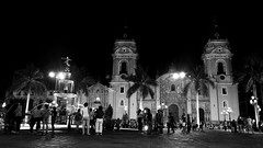 Plaza Mayor de Lima (jimmynilton) Tags: plaza de armas lima capital peru catedral pileta centro historico noche gente paseo visita bw street foto callejero nex5n sony emount 16mm f28