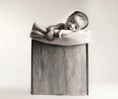 Un bebé en una caja 2 (www.beagalvan.com) Tags: bebe retratosconiluminacion retratobebe retratoniños fondoblanco blancoynegro monocoromo caja