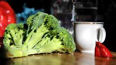 Broccoli lying (Konstantin Delbrück) Tags: green broccoli red triangle triple tri three cup paprika