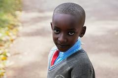 Ecolier (Pi-F) Tags: ecole ecolier afrique ouganda tenue uniforme cravate rouge chemise bleue pull gris enfant garçon regard yeux oeil