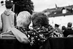 XL1_6103 (tontonul) Tags: spectateurs noirblanc vieux amoureux
