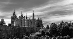 palacio de Gaudí y catedral de Astorga, León (phooneenix) Tags: palacio episcopal astorga catedral gaudi blackandwhite blancoynegro