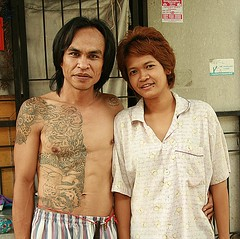 young couple (the foreign photographer - ฝรั่งถ่) Tags: young couple tattoos long hair khlong thanon portraits bangkhen bangkok thailand canon kiss