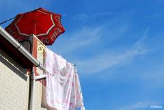 Dulce veraneo (Franco D´Albao) Tags: francodalbao dalbao nikond60 sombrilla sunshade verano summer clareo terraza terrace rojo red cielo sky