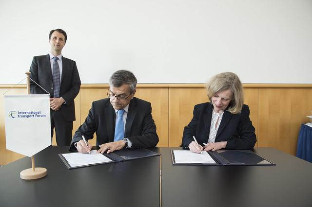 José Viegas, Secretary-General and Nancy Vandycke signing the memorandum