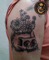 Calavera con flores (Bastian Klak) Tags: tattoo tattoos tatuaje tatuajes klak bastianklak blackwork ink chile santiago bastian gac black dark dotwork skull flowers calaca calavera craneo