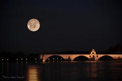 """Un reflet de lune ... ( P-A) Tags: avignon pont nuit clairdelune reflet rhône valléedurhône pontstbenezet touriste voyageurvisiteur palaisdespapes festivaldavignon photos simpa© """"nikonflickraward"""""""
