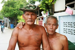 comrades in arms (the foreign photographer - ฝรั่งถ่) Tags: two men military hat special forces bare chested torso khlong thanon portraits bangkhen bangkok thailand canon kiss