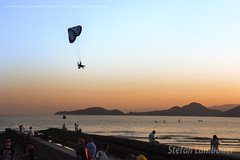 Santos Sunset (Stefan Lambauer) Tags: paraglider paramania sea beach flight sunset pordosol colors gtx canal6 people city santos sãopaulo brasil brazil stefanlambauer 2017 br