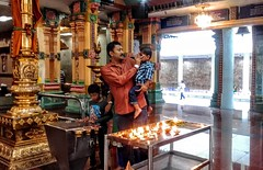 Sri Maha Mariamman Temple (Cleu Corbani) Tags: srimahamariamman templohindu gente personas people hindues religion religiones templos fe cultura arquitectura padreehijo padres