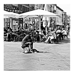 isolation (japanese forms) Tags: ©japaneseforms2017 ボケ ボケ味 モノクロ 日本フォーム 黒と白 bw bedelaar beggar bettler blackwhite blackandwhite blancoynegro bokeh candid isolation joydivision monochrome random schwarzweis square squareformat strasenfotografie straatfotografie streetphotography vlaanderen zwartwit