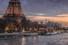 Parisian atmosphere (Sizun Eye) Tags: paris atmosphere ambiance france eiffeltower toureiffel sunset beaugrenelle frontdeseine unesco worldheritage seineriver iledefrance europe twilight river bateaux bateauxmouches clouds sizuneye tamron2470mmf28 nikond750 d750 gettyimages