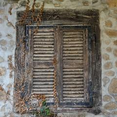Haute-Rivoire (Rhône) (Cletus Awreetus) Tags: france montsdulyonnais rhône hauterivoire architecture ferme fenêtre volet bois