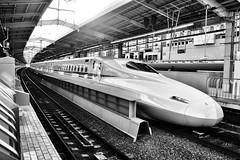Shinkansen N700, Kyoto Station, Japan (víctor patiño george) Tags: asia oriente japan japón nippon kyoto kioto kyotostation estaciónkioto shinkansen n700 train tren bullettrain bullettrainjapan trenbala vpg víctorpatiñogeorge photo foto nikon nikond3200 d3200 tamron18200 18200 blackandwhite blancoynegro puntodefuga jrtrain jrjapan station tamron