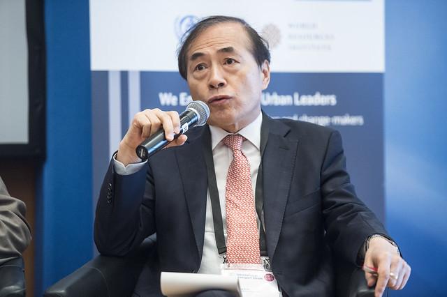 Gil-Hong Kim receiving a question
