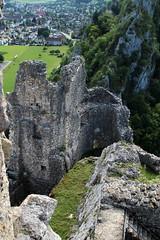 Burgruine - Ruine der Burg Neu Falkenstein ( Baujahr um 1100 - Höhenburg castello rovina castle ruin château ) auf einem Bergrücken des Solothurner Jura ob St. Wolfgang bei Balsthal im Kanton Solothurn der Schweiz (chrchr_75) Tags: hurni christoph chrchr chrchr75 chriguhurni chriguhurnibluemailch juli 2017 schweiz suisse switzerland svizzera suissa swiss albumburgruinenkantonsolothurn burg burgruine castillo ruine ruin ruïne руины rovina ruina mittelalter geschichte history wehrbau burganlage festung albumschweizerschlösserburgenundruinen albumregionsolothurnhochformat kantonsolothurn albumrregionsolothurnhochformat hochformat albumburgruineneufalkenstein neu falkenstein solothurner jura kanton solothurn