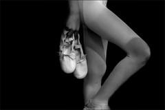 A l'heure de monter sur scène (vedebe) Tags: noiretblanc netb nb bw monochrome sport sportifs humain danse danseurs