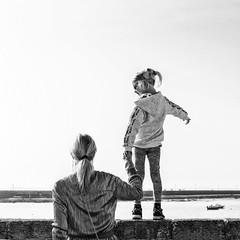 In search of... (cazadordesueños) Tags: niña madre oceano barcas costa infancia blancoynegro child girl mom woman ocean boat blackandwhite