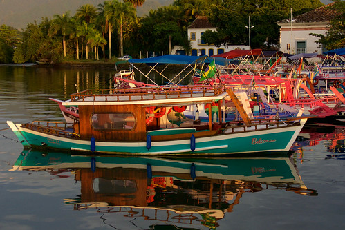brazil-paraty-colourful-tourist-boats-copyright-pura-aventura-thomas-power