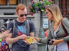 Belgian street food (Karl Van Loo) Tags: brussel streetfood eten markt grotemarkt broodje koppel couple eating bruxelles smartphone photographer sunglasses zonnebril
