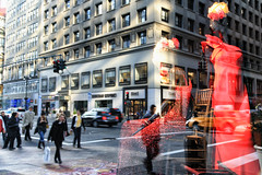 5th Avenue (erichudson78) Tags: usa nyc manhattan midtown 5thavenue reflets reflection paysageurbain urbanlandscape vitrine canoneos5d canonef24105mmf4lisusm streetphotography town ville rue street