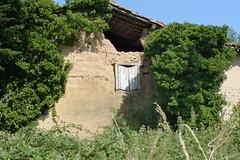 Haute-Rivoire (Rhône) (Cletus Awreetus) Tags: france montsdulyonnais rhône hauterivoire architecture ferme pierre ruines mur pisé volet bois