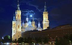 Luna llena sobre la basílica del Pilar, Zaragoza. (eustoquio.molina) Tags: baílica el pilar zaragoza luna llena full moon hora azul blue hour río ebro nocturno monumento monument