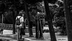 Discupe caballero, Que recoge? (Jotha Garcia) Tags: retrato portrait robado personas people blancoynegro blackwhite parque park anciano oldman madrid madriz mayo may primavera spring 2017 nikkor5502000mmf4056 nikond3200 jothagarcia