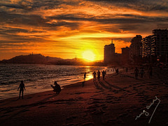 Sun and sea (ingcuevas) Tags: sol dorado sun gente people beach sunset atardecer seascape montaña montain oceano ocean colores colours golden cielo sky