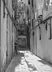 Et veig... (te veo...) (Pep Vargas) Tags: ciutatvella carrer calles street gent gente people bn bw barcelona