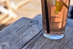 2017 Kühle Schorle an heißem Sommertag im Oosten (mercatormovens) Tags: oosten frankfurt ostend restaurant outdoor gartenlokal sommer mainufer getränk glas holzbank