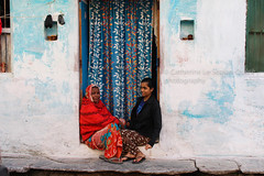 CHATTING. Udaipur (Cathy Le Scolan-Quéré Photographies) Tags: udaipur rajasthan india inde bleu blue femmes women chatting home maison rue street seuil ngc