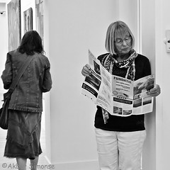 In the museum (Akbar Simonse) Tags: zwolle holland netherlands nederland museum exposition tentoonstelling defundatie woman vrouw reading lezen streetphotography streetshot straatfotografie straatfoto people candid zwartwit bw blancoynegro bn monochrome vierkant square akbarsimonse