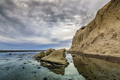 pequeñas Islas (Mauro Esains) Tags: islas restinga rocas playa agua mar piedras costa golfo san jorge patagonia reflejos grietas paisaje cielo nubes silencio