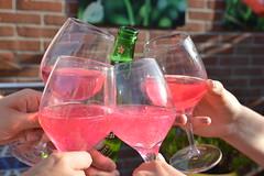 Buitenbeentje (Ilona67) Tags: feestje proost drank bier glazen roze buiten