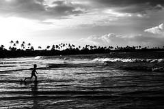 Pernambuco (Bruno Nogueirão) Tags: street streetphotography streetphotographer streetphoto rua fotografiaderua fotografiadocumental criança pb bw beach praia pretoebranco blackandwhite contrast contraste ipojuca pernambuco mochilão