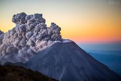 Amanecer Eruptivo - Volcán de Colima en México (Christian Villicaña (Fotografía)) Tags: volcano volcandecolima mexico volcán volcanic volcanicexplosion colima volcaniceruption erupción eruption