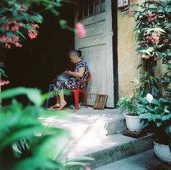 Sự bình dị đến từ đâu ? (Hanoi L i f e A r t) Tags: tuanducphamvn hanoi vietnam people streetlife asian rolleiflex35f mediumformat 6x6 portra160 analogphoto filmcamera kodak rollei