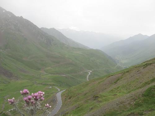 2017-06 Picos en Pyreneeën weg naar beneden vanaf de col du Tourmalet