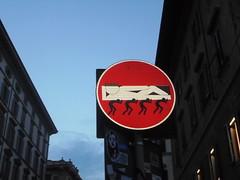 563 (en-ri) Tags: clet abraham cartello segnale stradale re king plebe firenze wall muro graffiti writing rosso bianco nero