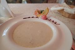 P'tit déj (8pl) Tags: déjeuner matin céréales assiette restaurant nourriture fruits nappe table ambiance ukraine luxe serviette services