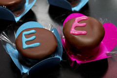 E + E (angelasmorato) Tags: festa doces alfajor chocolate letra e pink azul blue candies sweet duplo dois par