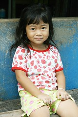 cute girl on a bench (the foreign photographer - ฝรั่งถ่) Tags: girl child cute seated khlong thanon portraits bangkhen bangkok thailand canon kiss