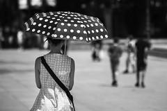 Madrid. (Jose_Pérez) Tags: blancoynegro blackandwhite paraguas sombrilla umbrella lunares street streetphoto urban madrid calor hot sol sun byn bw