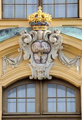 0949 Haupteingang vom Schloss Moritzburg - kurfürstlich-sächsische und das königlich-polnische Wappen - August der Starke war zugleich Kurfürst  von Sachsen und  König von Polen. (stadt + land) Tags: bilder gemeinde ort moritzburg bundesland sachsen haupteingang schloss kurfürstlichsächsische königlichpolnische wappen augustderstarke kurfürst könig polen