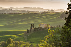 A9905027_s (AndiP66) Tags: pienza toscana sonnenuntergang sunset nebel dunst fog mist sonne sun evening abend april spring 2017 siena sanquiricodorcia valledorcia valle dorcia tuscany italien italy sony alpha sonyalpha 99markii 99ii 99m2 a99ii ilca99m2 slta99ii tamron tamronspaf70200mmf28dildif tamron70200mm 70200mm f28 amount andreaspeters